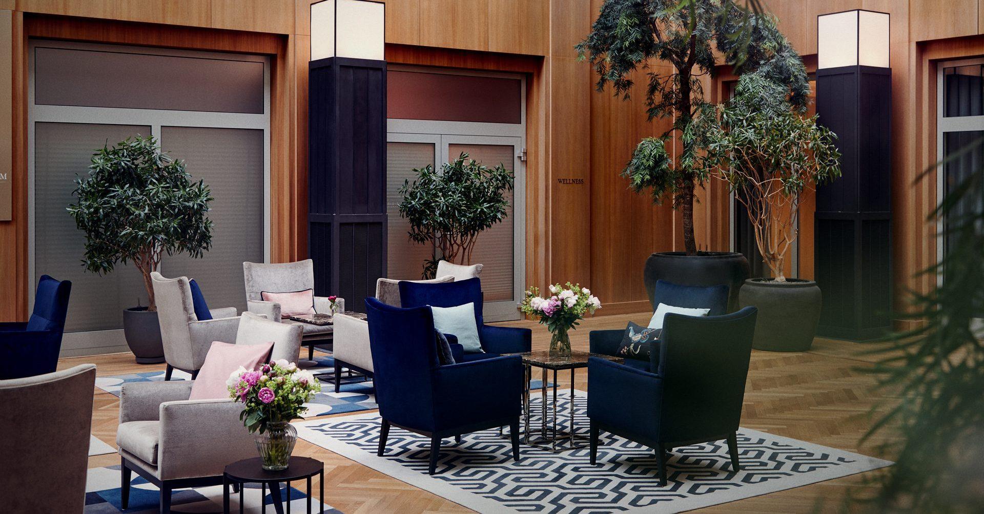 Komfortable Sitzgelegenheit im Atrium der Tertianum Premium Residenz Berlin