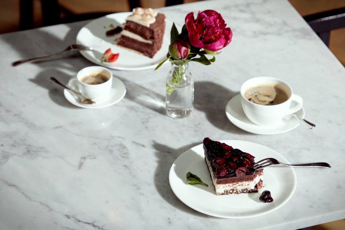 Gedeckter Tisch mit Café und Kuchen im Tertianum Berlin