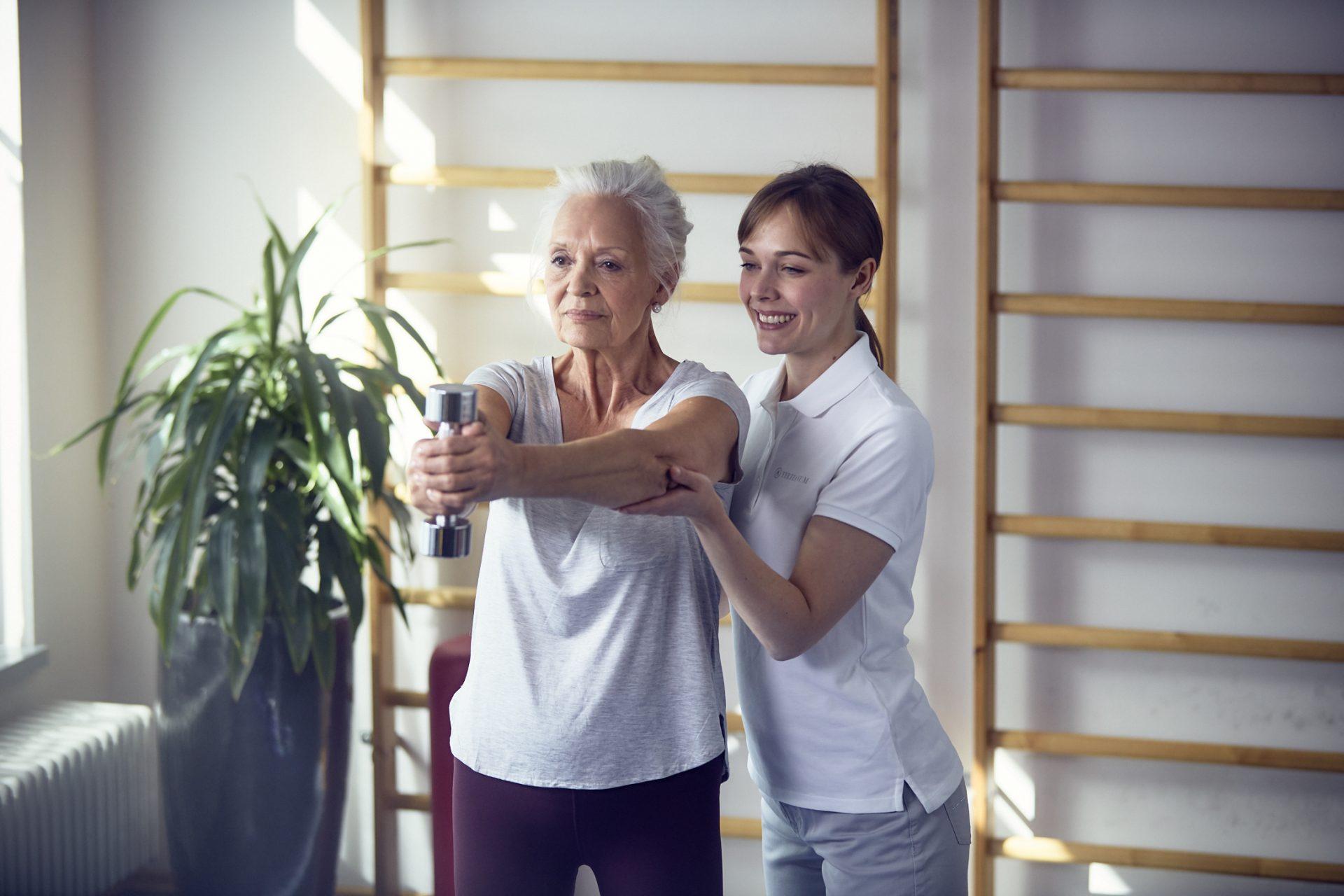 Seniorin beim Sport mit einer Pflegefachkraft im Tertianum