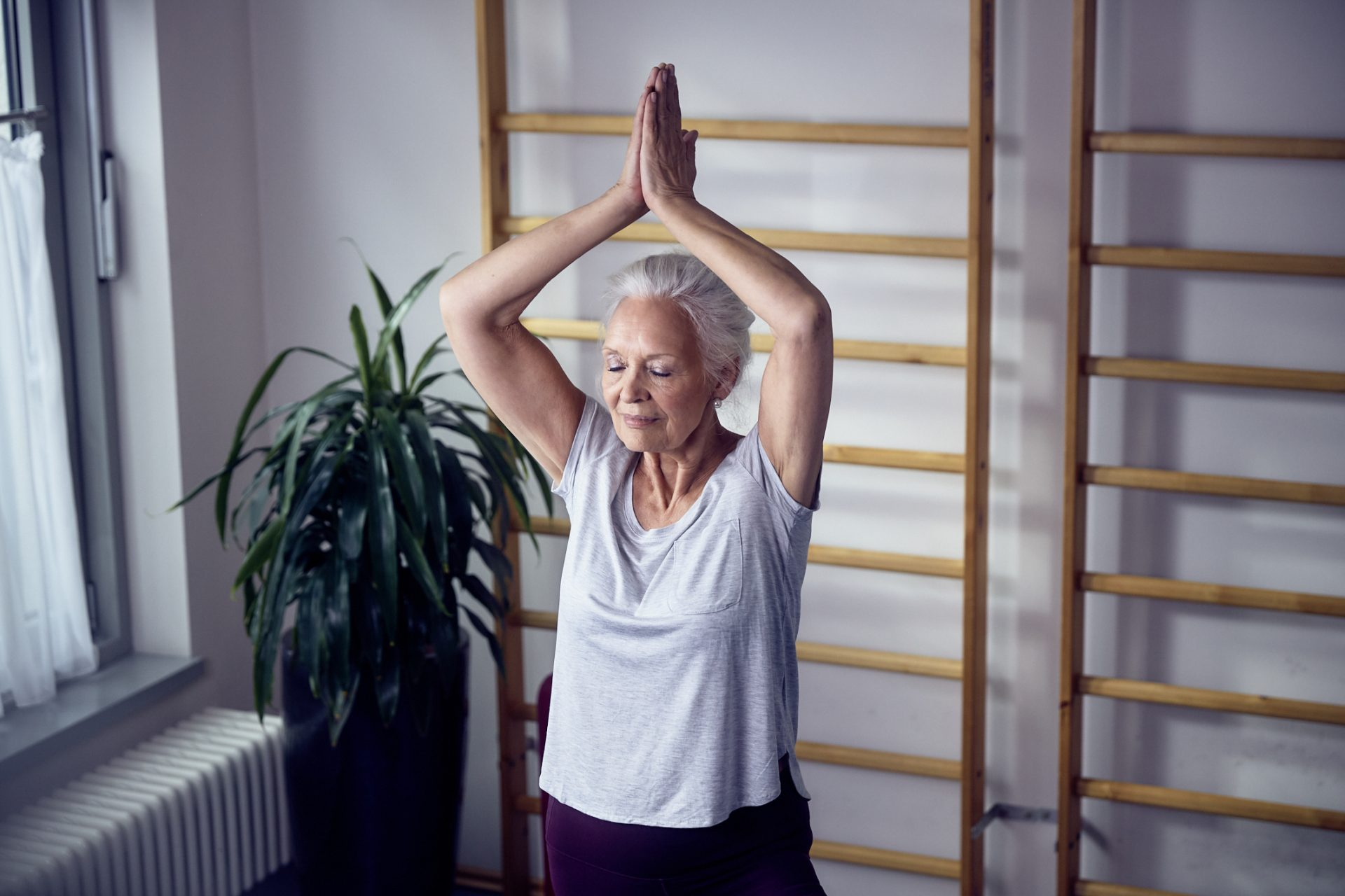 Eine ältere Dame beim Yoga