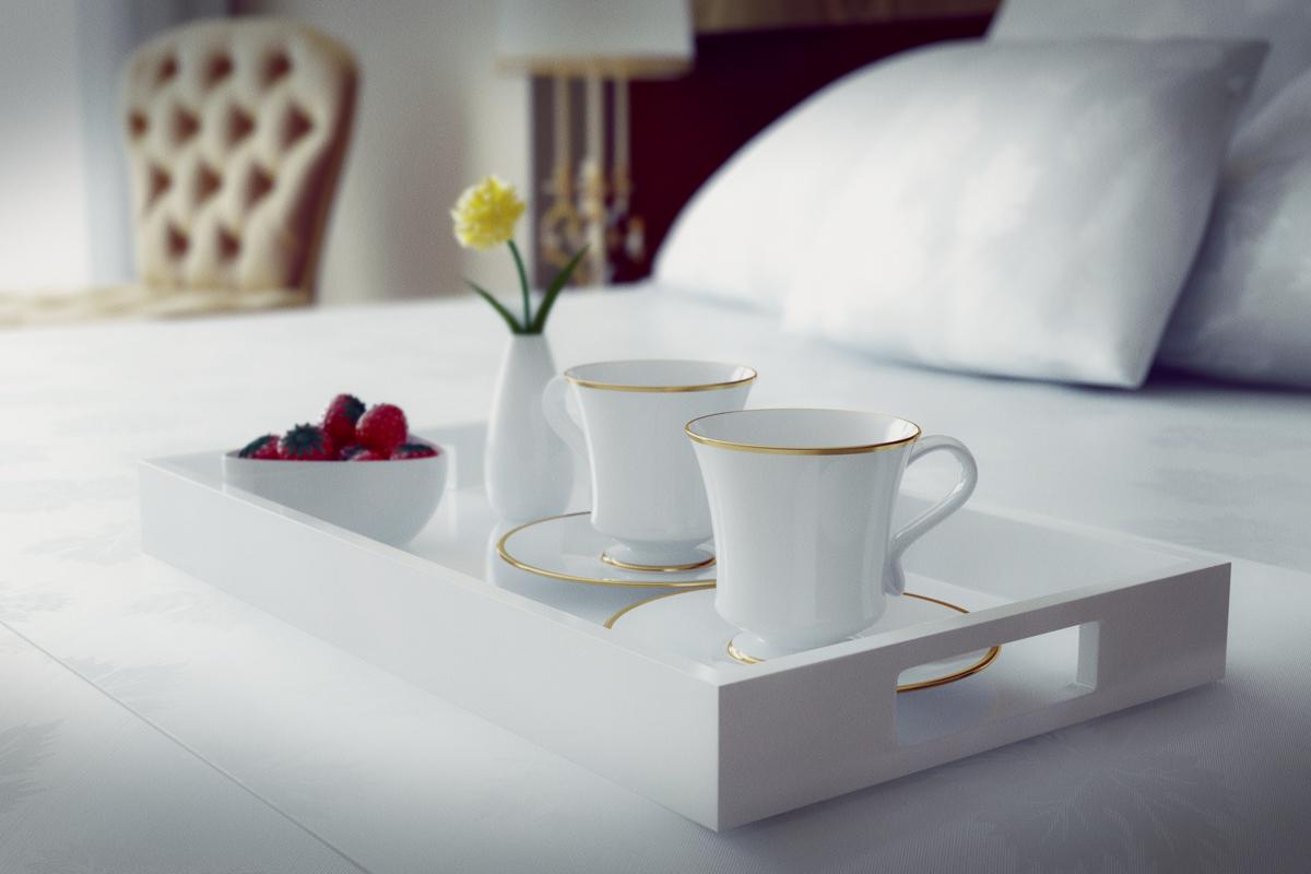 Tablett mit Café auf einem Bett