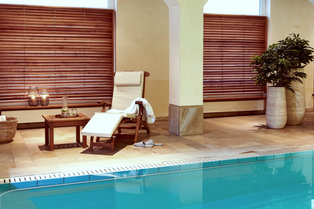 Liegestuhl am Pool in der Tertianum Premium Seniorenresidenz Berlin