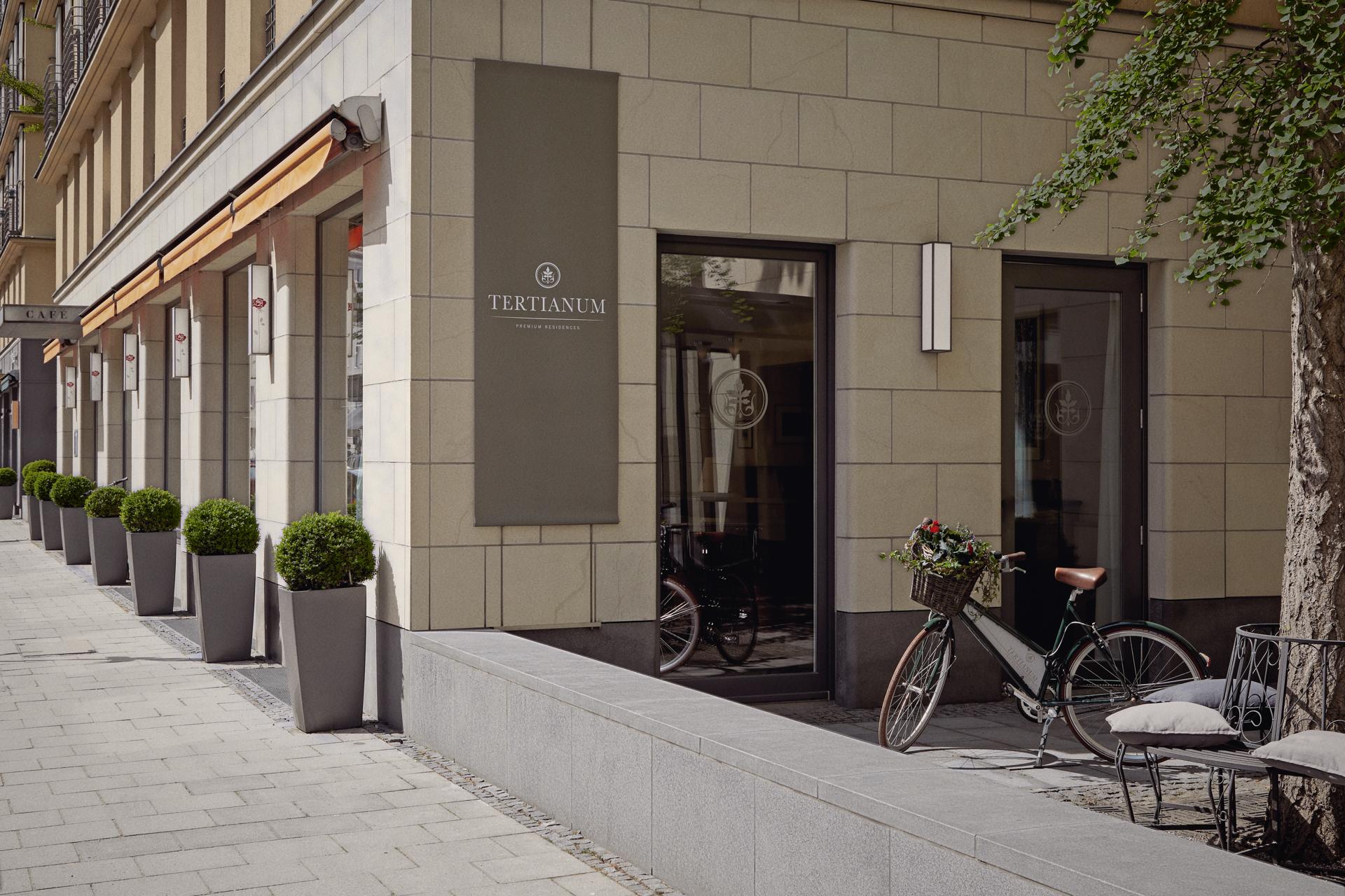 Der Eingang der luxuriösen Tertianum Premium Seniorenresidenz in München