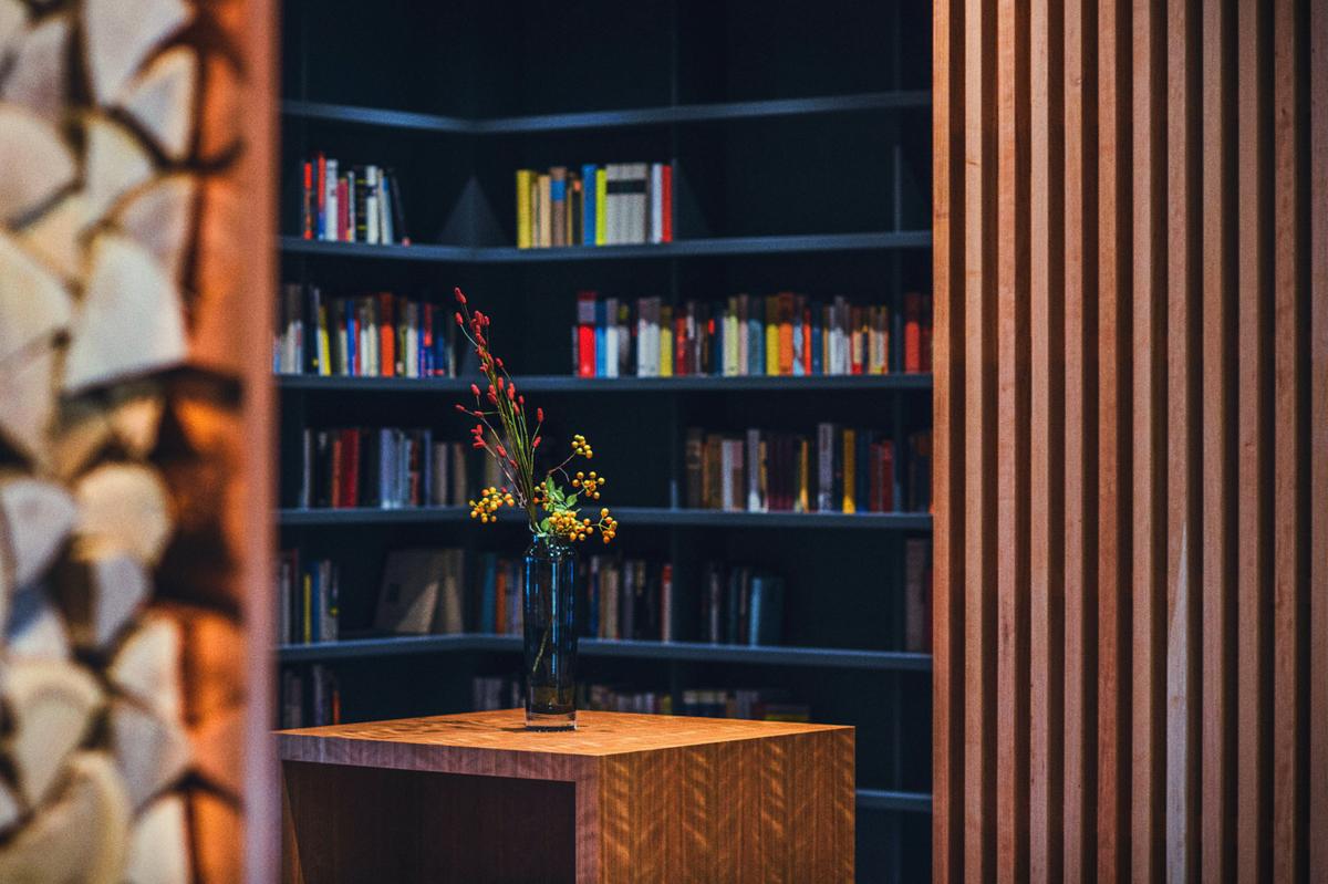 Bücherregal in der Luxus Tertianum Premium Seniorenresidenz München