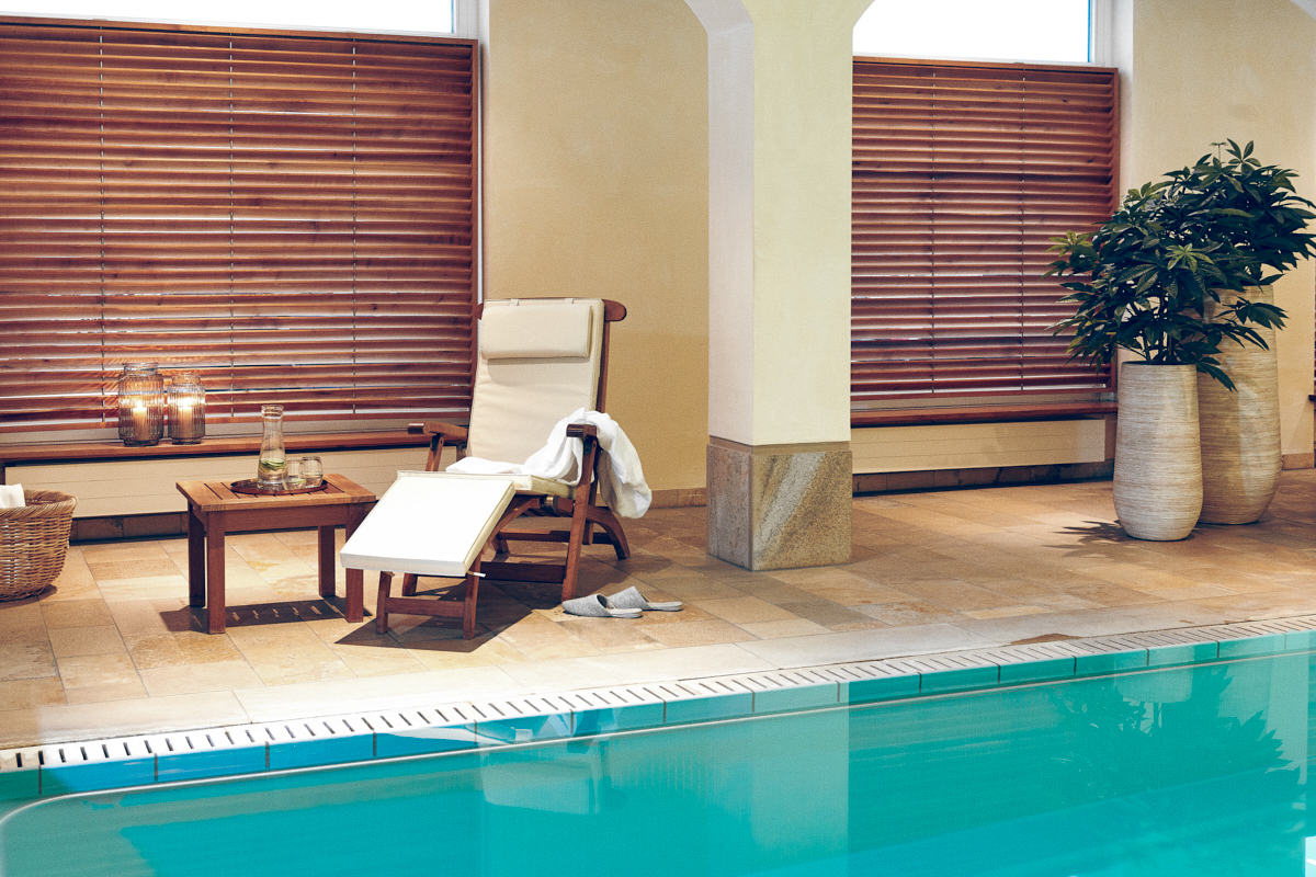 Liegestuhl am luxuriösen Pool in der Tertianum Premium Seniorenresidenz München