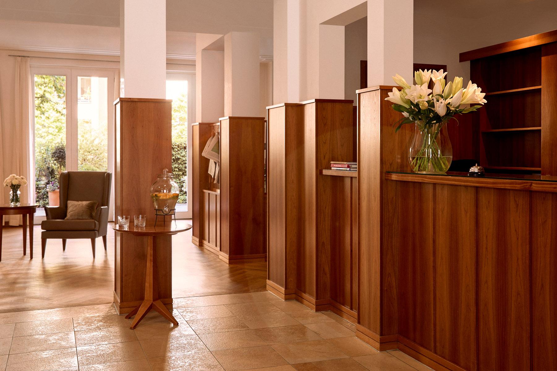 Das luxuriöse Foyer der Tertianum Premium Seniorenresidenz München