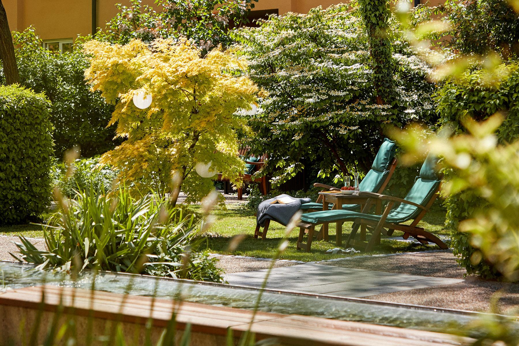 Garten mit Liegestühlen im Altersruhesitz München
