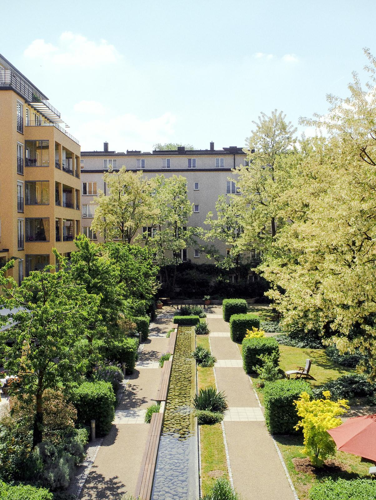 Der idyllische Garten in der Seniorenresidenz München