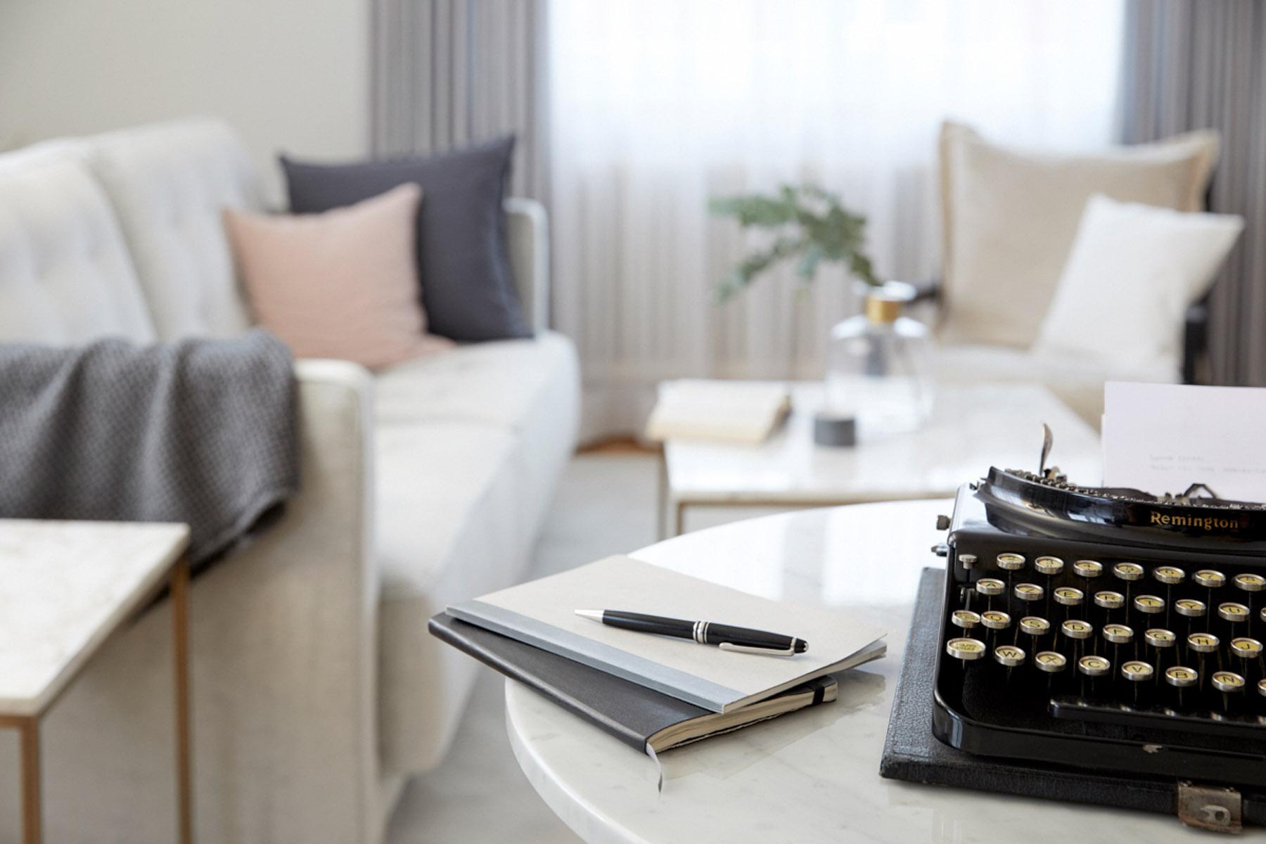 Heller und komfortabel ausgestatteter Wohnbereich in einer Seniorenwohnung im Tertianum Konstanz