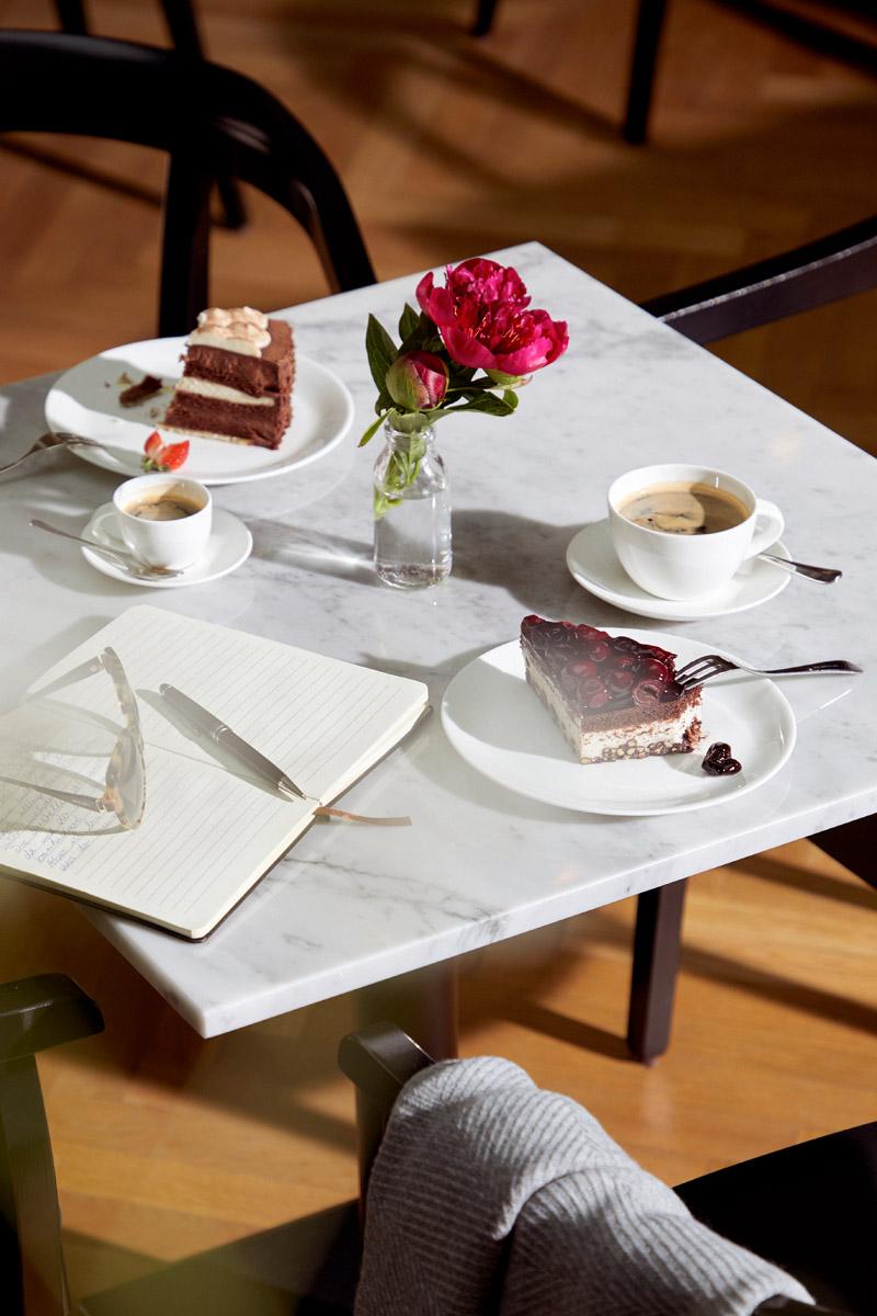 Mit Kaffee und Kuchen gedeckter Tisch in der Seniorenresidenz Tertianum