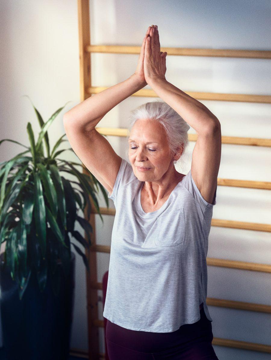 Eine Seniorin beim Sport in der Tertianum Seniorenresidenz