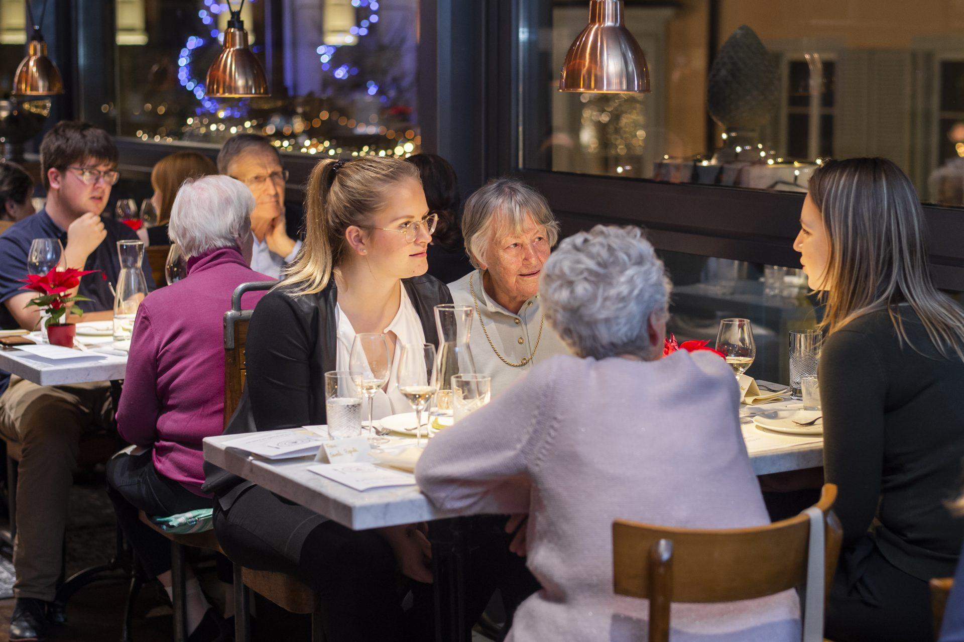 Eine Gruppe Frauen im Restaurant bei einem Mehrgenerationendinner