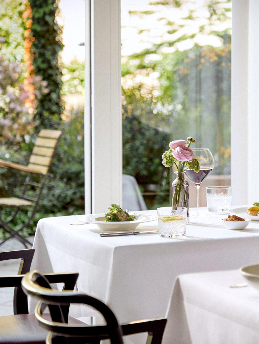 Ein gedeckter Tisch am Fenster in der Seniorenresidenz München