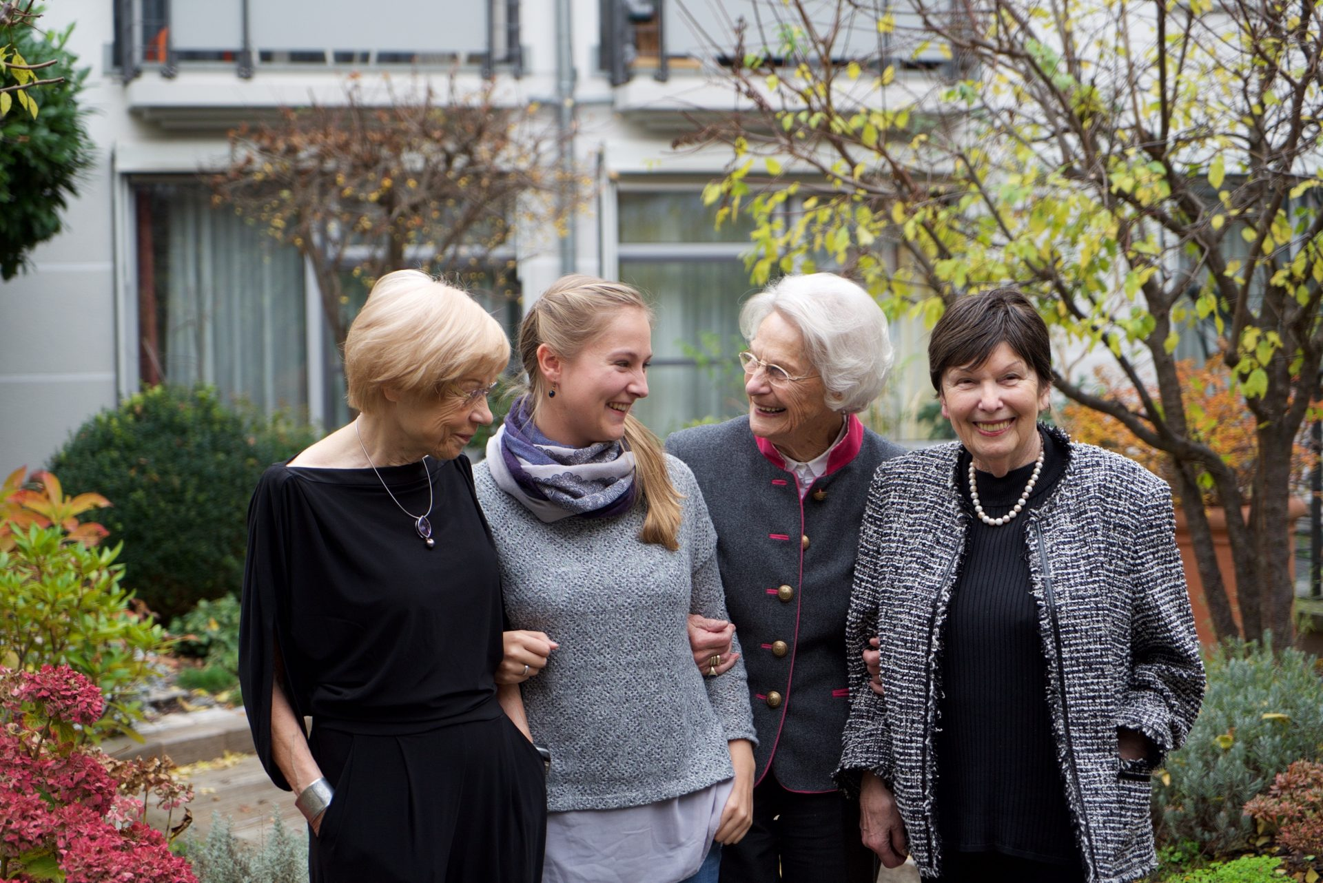 Eine Gruppe glücklicher Frauen auf dem Gelände der Tertianum Seniorenresidenz