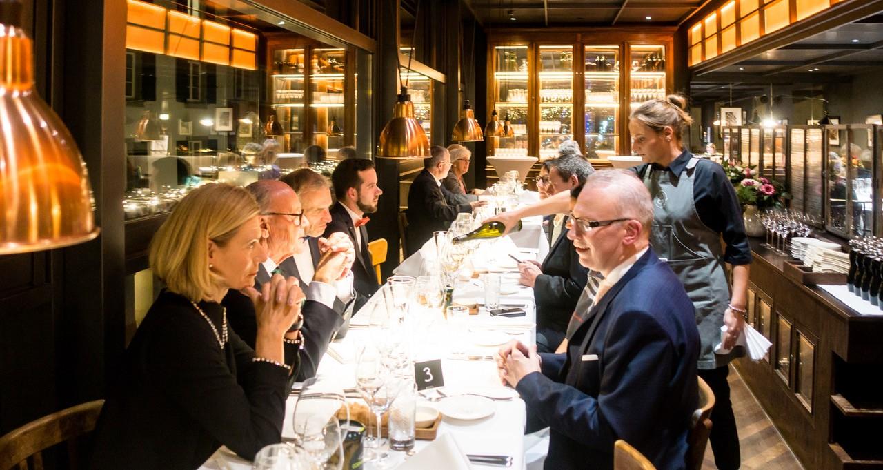 Gäste am Tisch im Restaurant Brasserie Colette