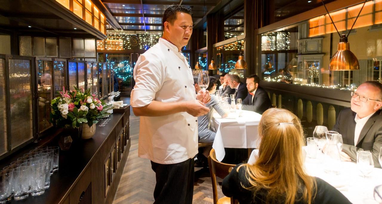 Chefkoch mit Gästen in der Brasserie Colette