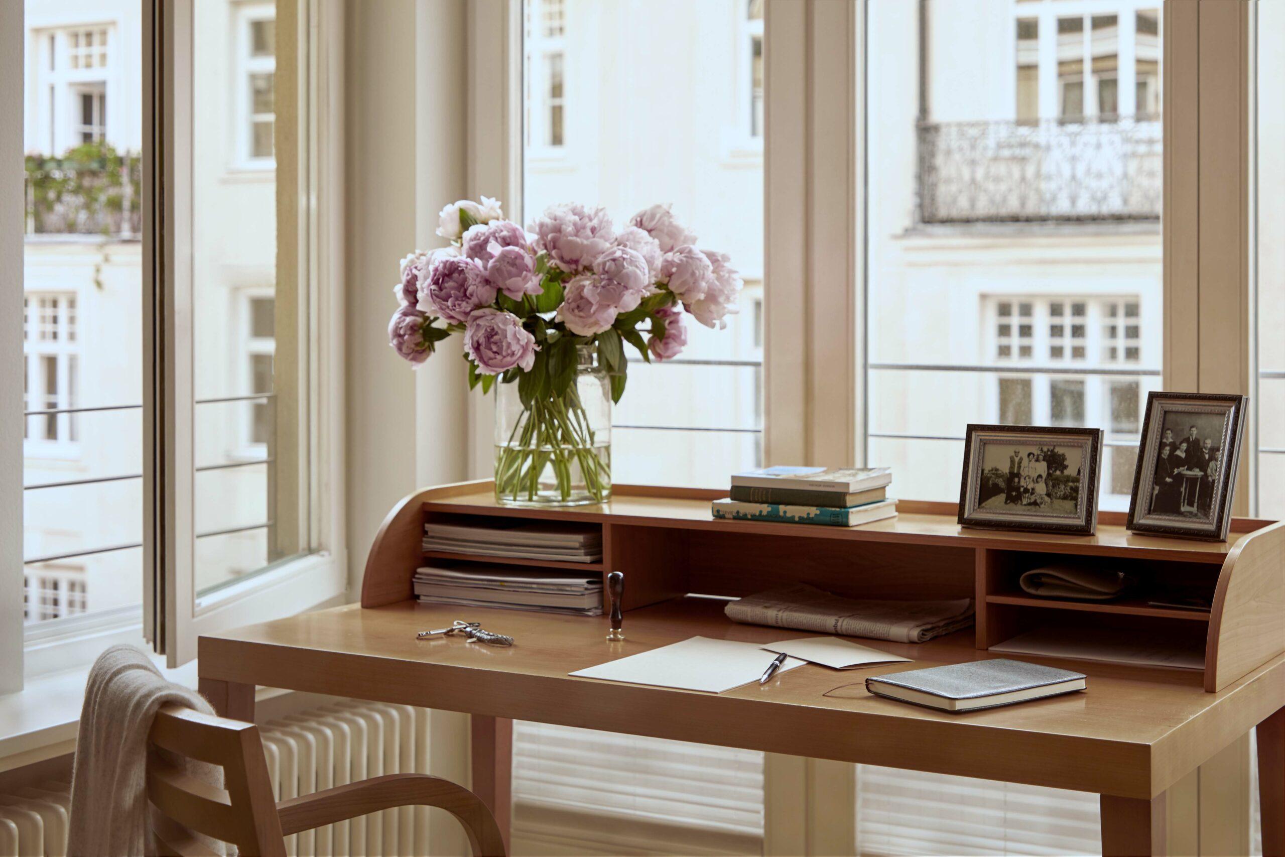 Schreibtisch mit Blick aus dem Fenster im Seniorenwohnsitz Tertianum