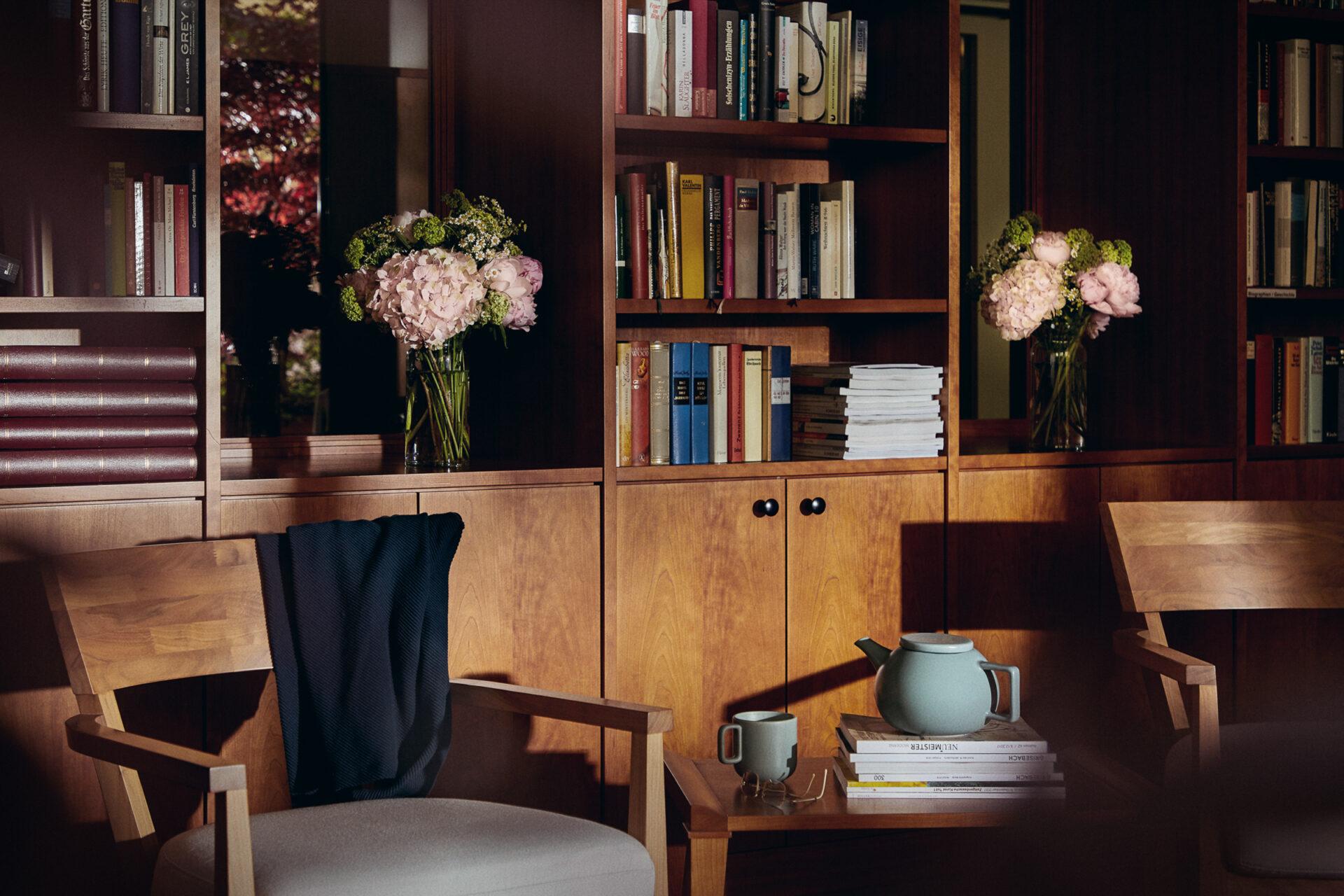 Stilvoll eingerichtetes Lesezimmer in der Tertianum Residenz München
